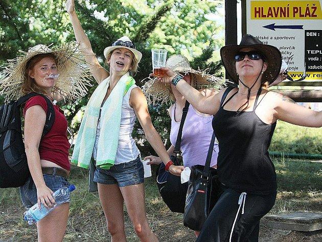 Dovolenou u Máchova jezera si náštěvníci užívají.