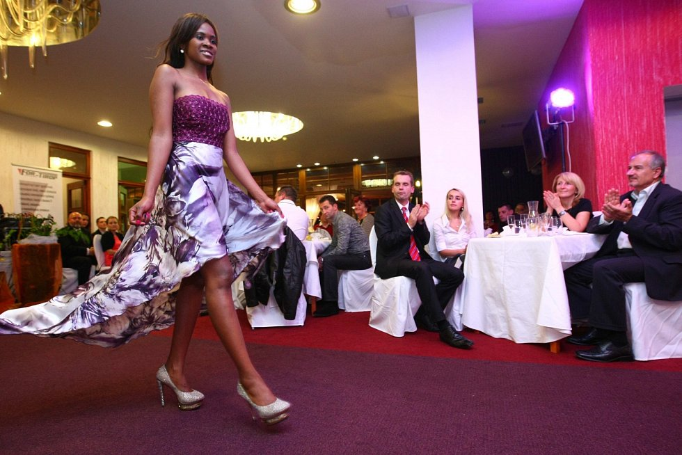 Benefiční módní přehlídka agentury Reas Agency s předními českými modelkami se uskutečnila 24. října v Parkhotelu Morris v Novém Boru.