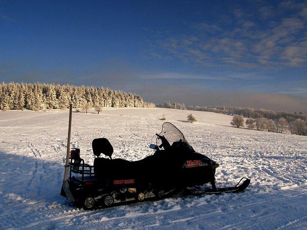 K údržbě tratí slouží klubu SKI Polevsko dva sněžné skútry.