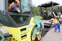 SILNIČÁŘI musí na vozovce v Provodíně před položením nového asfaltového koberce nejprve zaasfaltovat ty nejhlubší díry, které má na svědomí vysoký počet projíždějících nákladních automobilů.
