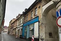 Objížďka u náměstí TGM v České Lípě. (Provoz zastavila padající střecha rohového domu)