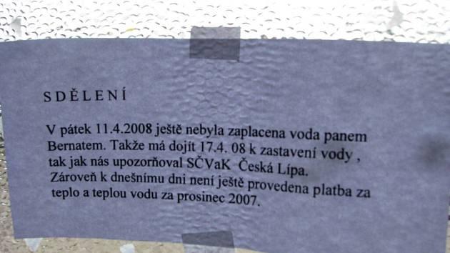 Sdělení nájemníkům domu v mimoňksé čtvrti Letná.