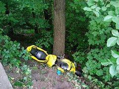 Těžké zranění utrpěl motorkář, který narazil do stromu nedaleko Zákup. S motorkou spadl ze stráně.