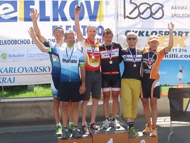 Cyklista Vladimír Novák spolu s Jiřím Boštíkem (oba na snímku uprostřed) jsou mistry České republiky v časovce dvojic.