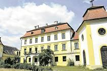 Zámek Kravsko. Ještě do konce 90. let jezdili skláři na Znojemsko. Tehdejší sklářský gigant – podnik Crystalex Nový Bor – ve vsi Kravsko pro ně opravil někdejší letní sídlo louckého opata vybudované v polovině 18. století.