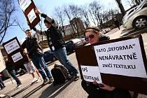 Zasedání zastupitelů Libereckého kraji si nenechala ujít ani řada studentů středních škol, kterých se plánovaná optimalizace týká. Vedení kraje omezilo přístup do jednacího sálu zastupitelstva a proto studenti poslouchali jednání na parkovišti.