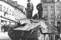 Obyvatelé Železného Brodu pozorují odjezd německých vojáků.