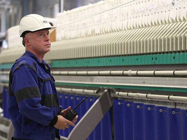 Nová stanice, ve které se sanují chemickou těžbou uranu kontaminované podzemní vody, je plně automatizovaná. Na její chod dohlíží jen několik pracovníků.
