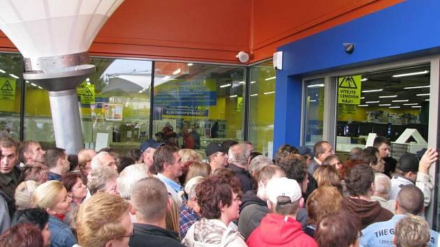 Tlačenice před nově otevřeným obchodem s elektronikou v České Lípě