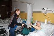 V českolipské nemocnici se dnes účastní voleb do Poslanecké sněmovny Parlamentu ČR téměř 50 pacientů. Na svém pracovišti volil také primář Gynekologicko-porodnického oddělení MUDr. Miloš Volek.