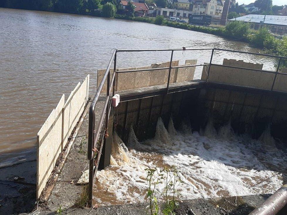 V Jablonném v Podještědí došlo k utržení jednoho ze dvou stavidel Mlýnského rybníka.
