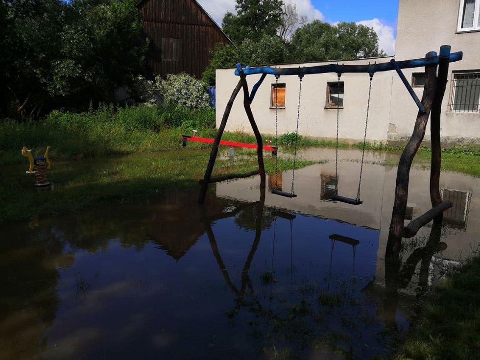 Zaplavené dětské hřiště v Dobranově.