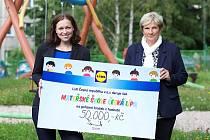 Symbolický šek převzala ve čtvrtek ředitelka školky Natalie Vojtěchovská (vpravo) z rukou mluvčí společnosti Lidl Jitky Vrbové.