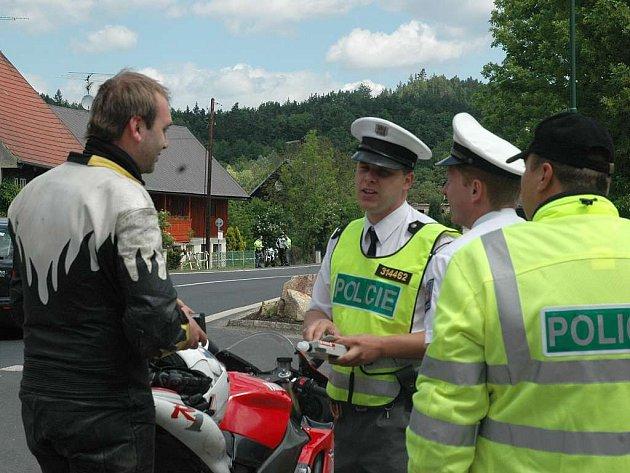 Preventivní policejní akce zaměřená na motorkáře proběhla v sobotu v Deštné.