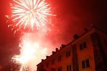Novoroční ohňostroj v Doksech přilákal v úterý navečer ke zdejšímu zámku stovky lidí.