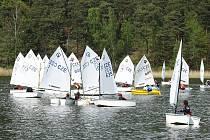Na jezero vyjelo přes padesát závodníků.