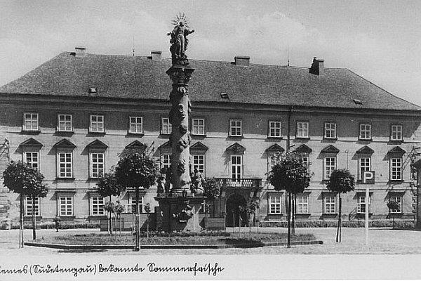 Mimoňský zámek vpodobě před rokem 1945.