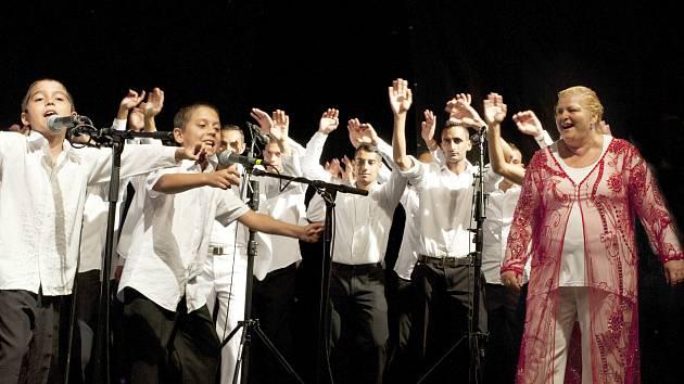 Koncert bude završením letní školy Romano Drom, kterou letos již potřetí pořádá zpěvačka, muzikantka a sbormistryně Ida Kelarová se svým uměleckým týmem Miret.