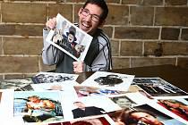 Zdeněk Kmoch z Nového Boru je mezi sběrateli formát. V jeho sbírce čítající přes dva tisíce autogramů je kromě českých herců, zpěváků či režisérů také řada světových jmen, mimo jiné Tom Cruise, Gerard Depardieu, Luis de Funes nebo Alain Delon.