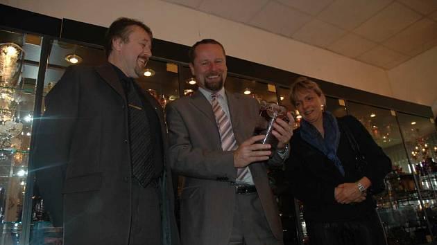 Zleva: místostarosta Jindřich Mareš, ministr Martin Říman a ředitelka ČOI Jana Příhodová