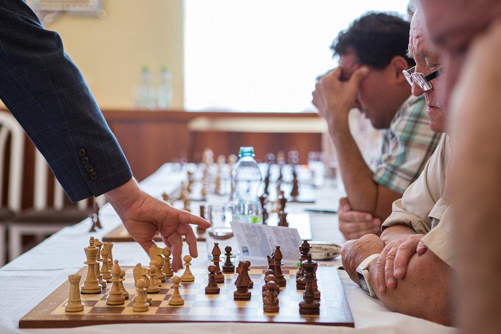 Slavnostní zahájení šachové Corridy proběhlo v netradičních prostorách obřadní síně na radnici v Novém Boru a pod širým nebem na náměstí Míru v neděli 26. srpna. V obřadní síni se představil velmistr Boris Gelfand v simultánce proti dvanácti hráčům.