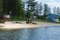 V Zákupech na koupališti ještě čekají na rozbory vody. Pláž je skoro připravená, finišují poslední úpravy.