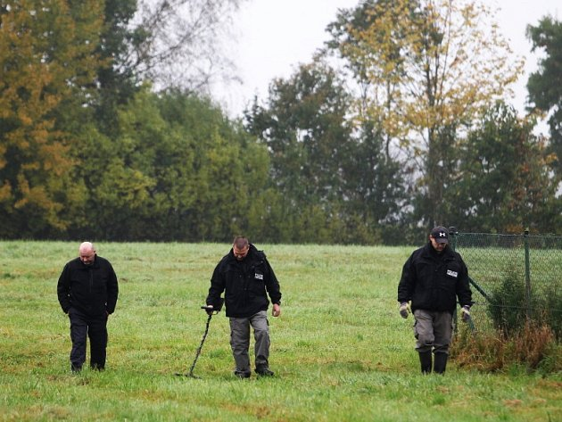 Tým policejních pyrotechniků prohledával okolí rodinného domu v Častolovicích s detektory kovu.