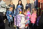 Na českolipské Partyzánce letos přivítali dvě třidy prvňáčků. Ty na první cestě do školy doprovodili rodiče.