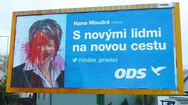 LOŇSKÁ KAMPAŇ k loňským předčasným parlamentním volbám. Na billboardu v Dolní Libchavě se vyřádil vandal.