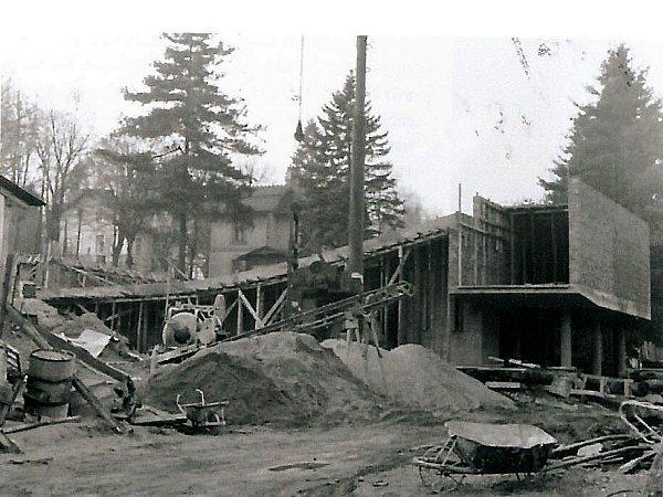 Výstavba nové budovy kina byla plánována společně se stavbou budovy základní školy. Vzhledem ktomu, že při výkopu byla objevena spodní voda, byla stavba kina pozastavena.