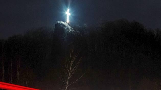 Občané Nového Boru si již zvykli, že v období Velikonoc je možno spatřit v Arnultovicích na Skalce osvětlený symbol Ježíšovy smrti.