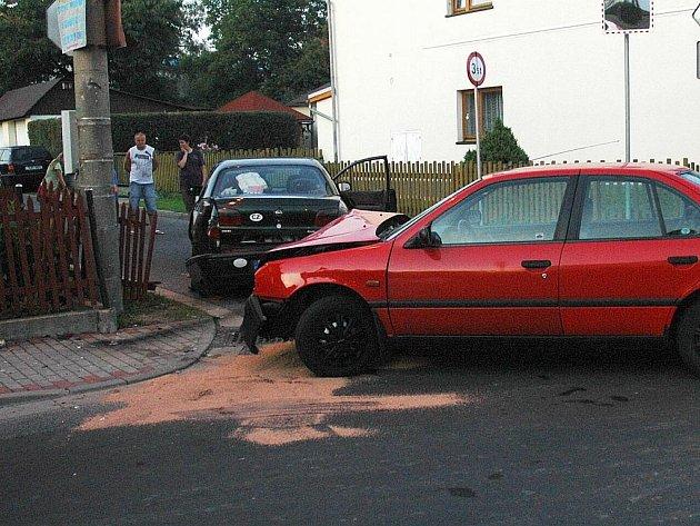 NEHODA V BORU. Po hlavní silnici jel červený vůz, když mu do cesty vjel řidič s autem plným dětí. Po nárazu se vysypalo boční sklo. Zraněné děti i řidič z tmavého vozu skončili v nemocnici.