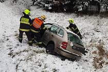 Několik aut se srazilo na silnici z Ralska na Bělou pod Bezdězem.