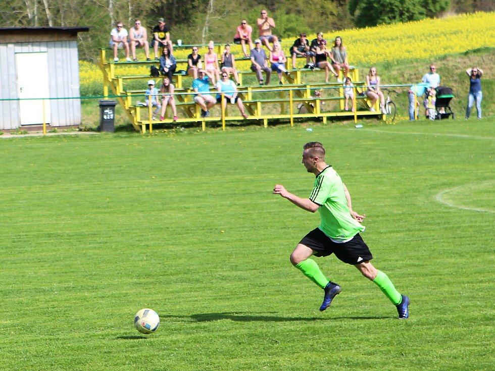 Kamenice - Žandov 3:3 (1:0). Hosté ze Žandova (červené dresy) prohrávali v Kamenici už 0:3, přesto vybojovali remízu.