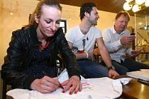 Snímek Probudím se včera přijela do Městského kina v Novém Boru uvést herecká delegace v čele s herečkou Annou Polívkovou a režisérem Miloslavem Šmídmajerem.
