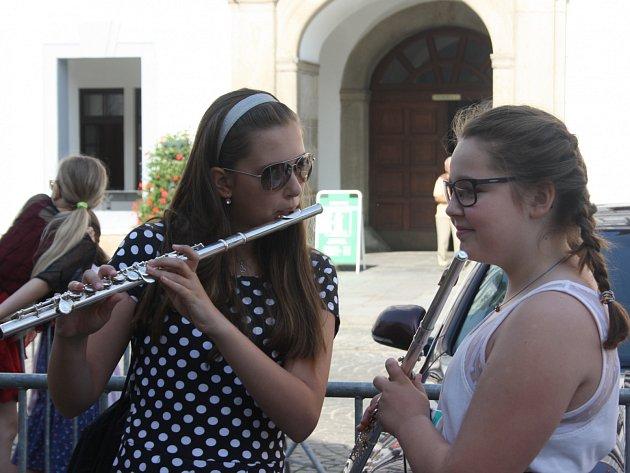 Do ulic 280 měst a obcí v České republice dnes vyjdou studenti i absolventi Základních uměleckých škol.