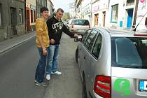 Dobrovolníci už před měsícem radili řidičům, kde nemají parkovat, aby nedostali botičku od městské policie.
