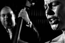 Zpěvačku a cimbalistku Zuzanu Lapčíkovou bude doprovázet fenomenální kontrabasista Josef Fečo.