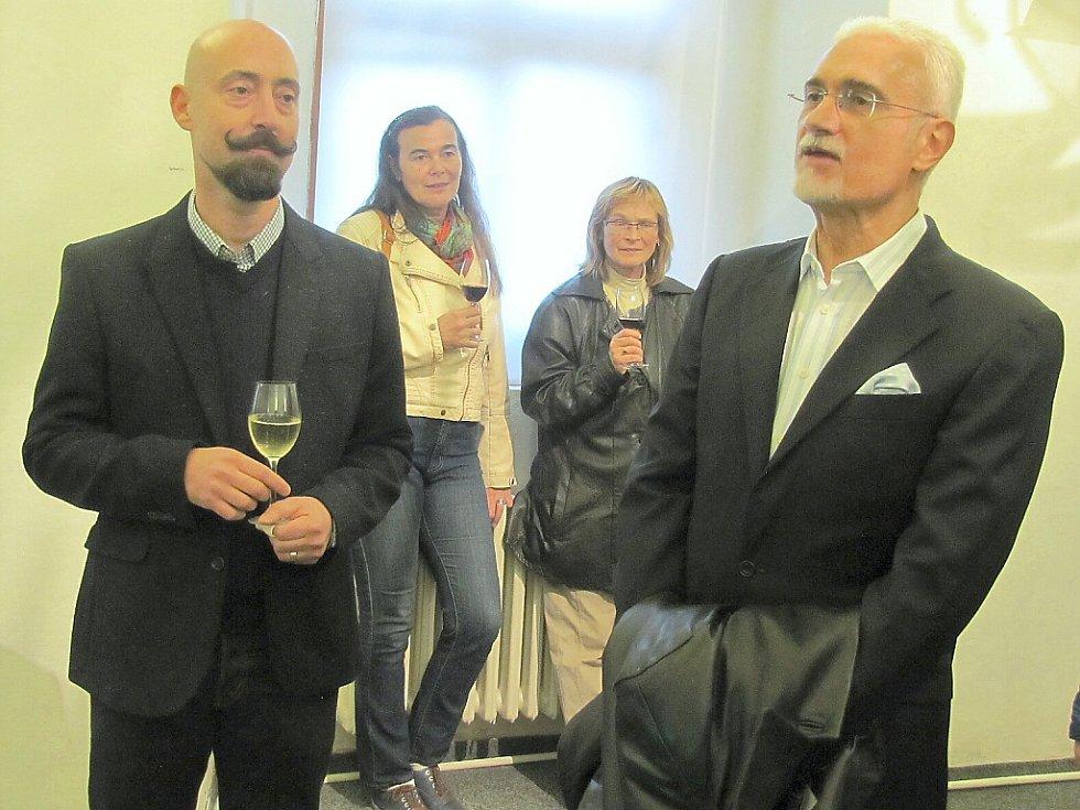 V českolipském muzeu vystavuje brazilský výtvarník Ricardo Hoineff. Kvůli vernisáži dorazily do České Lípy významné osobnosti, mimo jiné také velvyslanec Brazilské federativní republiky, Jeho Excelence George Monteiro Prata (vpravo).