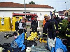 Nastoupit museli hasiči v protichemických oblecích.