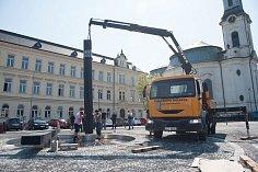 Středobodem náměstí se ve čtvrtek stalaplastika odkazující ke sklářské tradici.