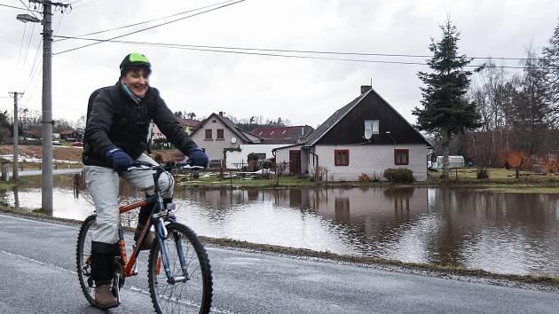V Pertolticích i ve Velkém Grunově na Českolipsku  hladina Panenského potoka stoupá.