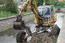 Vybagrování sedimentů ze dna Svitávky je jedním z protipovodňových opatření.
