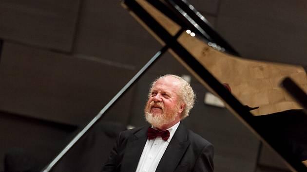 S mistrem Gerhardem Oppitzem se festivalové publikum mohlo setkat poprvé ve čtvrtek 23. října, kdy tento výjimečný umělec okouzlil svým sólovým recitálem město Teplice.