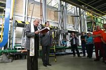 Sklářská firma v Novém Boru spouští dvě nové automatické linky. V polovině května jim požehnal kněz.