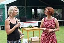 Lenka Hanyková (vlevo), jedna z trojice zakladatelek novoborského sdružení Rodina v centru, a jeho stávající ředitelka Petra Vlčková na víkendové oslavě 10. narozenin sdružení.