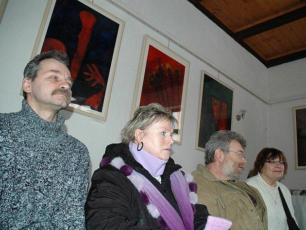 V modlitebně se konají pravidelně výstavy začínajících umělců. Ta poslední seznamuje s tvorbou Jiřího Závory.