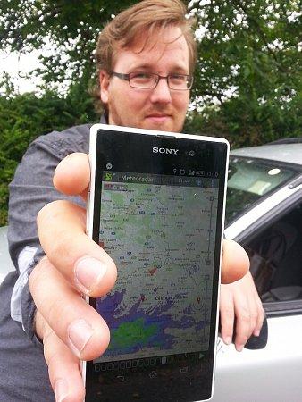 """Hlavním pomocníkem """"lovce bouřek"""" Jiřího Pilského je mobilní telefon se speciální radarovou aplikací."""