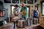 Do malého sklářského studia Jiřího Haidla ve Svojkově zavítal s kamerou slavný rakouský novinář a zejména propagátor pivovarnictví, pití piva Conrad Seidl.