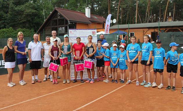 Dekorování deblistek. Čtyřhru ovládly Maria Marfutina (RUS) a Anastasia Zarycka (CZE).
